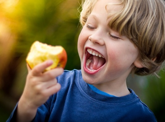 Crunchy foods like apples can help to keep the mouth healthy by boosting saliva production